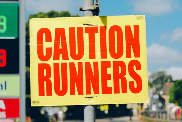 Bord met de tekst Caution Runners